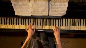 Weiblicher Klavierspieler, Ansicht von der Spitze Frau spielt die Draufsicht des Klaviers stockbild
