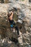 Weiblicher Kletterer auf einer Klippe lizenzfreie stockbilder