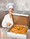 Weiblicher Koch mit frischer Pizza Lizenzfreie Stockfotos