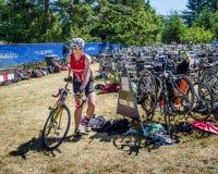Weiblicher Konkurrent im Ironman-Triathlonrennen stockbild