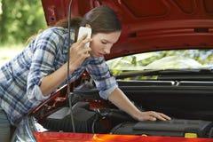 Weiblicher Kraftfahrer, der für Hilfe nach Zusammenbruch anruft lizenzfreies stockfoto