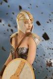 Weiblicher Krieger mit Explosion von Felsen Stockfoto