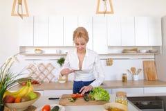 Weiblicher kulinarischer Blogger hält Telefon in den Händen und verfasst Compos Lizenzfreie Stockfotos