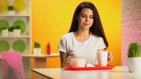 Weiblicher Kunde, der Kunststoffschale auf Tabelle, Abendessen im Schnellrestaurant setzt stock video footage