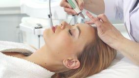 Weiblicher Kunde erhält das Ultraschallpeelling für ihr Gesicht lizenzfreies stockbild