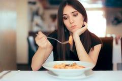 Weiblicher Kunde unglücklich mit dem Teller-Kurs im Restaurant Stockbild