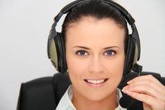 Weiblicher Kundenbetreuungsbediener mit Kopfhörer Lizenzfreie Stockfotos