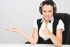 Weiblicher Kundenbetreuungsbediener mit Kopfhörer Lizenzfreie Stockfotografie