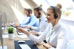 Weiblicher Kundenbetreuungsbetreiber mit Kopfh?rer und dem L?cheln lizenzfreies stockbild