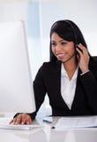Weiblicher Kundenvertreter unter Verwendung des Computers Stockfotografie