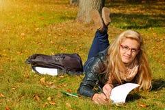 Weiblicher Kursteilnehmer, der draußen studiert Lizenzfreies Stockbild