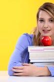 Weiblicher Kursteilnehmer, der mit Büchern aufwirft Lizenzfreies Stockbild