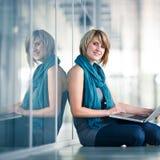 Weiblicher Kursteilnehmer mit einem Laptop Stockfotos