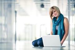 Weiblicher Kursteilnehmer mit einem Laptop Stockbilder