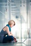 Weiblicher Kursteilnehmer mit einem Laptop Lizenzfreie Stockfotografie