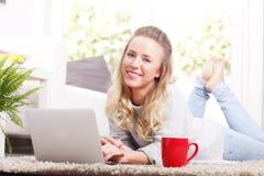 Weiblicher Kursteilnehmer mit Laptop Stockbilder