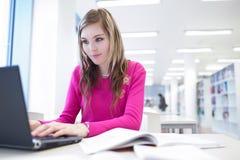 Weiblicher Kursteilnehmer mit Laptop und Büchern Lizenzfreies Stockfoto