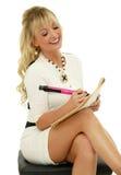 Weiblicher Kursteilnehmer mit Notizbuch und Feder Lizenzfreies Stockbild