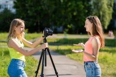 Weiblicher Kursteilnehmer Sommer in der Natur Das Konzept des Interviews Gefühle des Glückes sind positiv Rekord-vlog und Blog Lizenzfreie Stockbilder