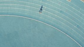 Weiblicher Läufer, der auf Rennstrecke im Stadion übt stock video footage