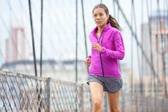 Weiblicher Läufer, der in New York City läuft und rüttelt stockbild