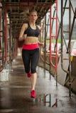 Weiblicher Läufer im Schritt Stockbilder