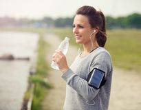 Weiblicher Läufer-trinkendes Tafelwasser Stockbild