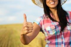 Weiblicher Landwirt der erfolgreichen Landwirtschaft mit den Daumen oben Stockfotos