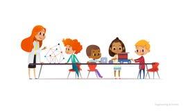Weiblicher Lehrer der Rothaarigen und Schulkinder, die um Tabellen-, Errichten und Programmierungsroboterauto stehen und sitzen lizenzfreie abbildung