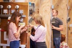 Weiblicher Lehrer Helping Students Training, zum Elektriker zu sein lizenzfreie stockfotos