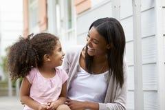 Weiblicher Lehrer-With Pupil In-Spielplatz von Montessori-Schule Stockfotos