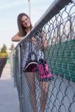 Weiblicher Leichtathlet mit Schuhschuß Stockbild