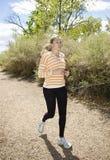Weiblicher Läufer, der draußen rüttelt Lizenzfreies Stockbild