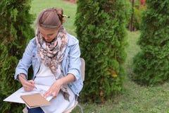 Weiblicher Maler Suggests Contours Drawing, Führungen für Endstadium Lizenzfreie Stockbilder
