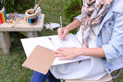 Weiblicher Maler Suggests Contours Drawing, Führungen für Endstadium Lizenzfreie Stockfotos