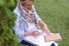 Weiblicher Maler Suggests Contours Drawing, Führungen für Endstadium Lizenzfreie Stockfotografie