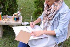 Weiblicher Maler Suggests Contours Drawing, Führungen für Endstadium Stockbild