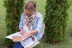 Weiblicher Maler Suggests Contours Drawing, Führungen für Endstadium Stockbilder