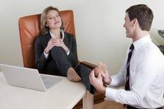 Weiblicher Manager, der Fußmassage empfängt Lizenzfreie Stockfotos