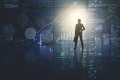 Weiblicher Manager, der Wachstumsfinanzdiagramm betrachtet stockfotografie