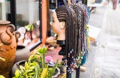 Weiblicher Mannequinkopf mit umsponnener Zopffrisur verzierte Perlen Stockbilder