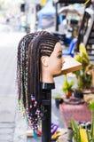 Weiblicher Mannequinkopf mit umsponnener Zopffrisur verzierte Perlen Stockfoto