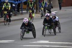 Weiblicher Marathon der Rollstuhl-Konkurrenten-NYC Stockfotos