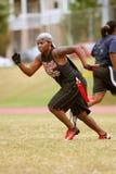 Weiblicher Markierungsfahnen-Fußball-Spieler sprintet Downfield stockfotografie