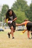 Weiblicher Markierungsfahnen-Fußball-Spieler vermeidet Verteidiger stockfoto