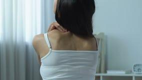 Weiblicher massierender Hals, Mangel an körperlicher Tätigkeit, Sitzlebensstil, Dorn stock video