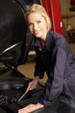 Weiblicher Mechaniker bei der Arbeit lizenzfreie stockfotos