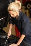 Weiblicher Mechaniker bei der Arbeit stockbilder