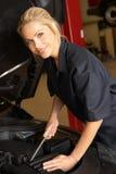 Weiblicher Mechaniker bei der Arbeit stockfotografie