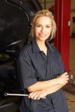 Weiblicher Mechaniker bei der Arbeit stockfotos